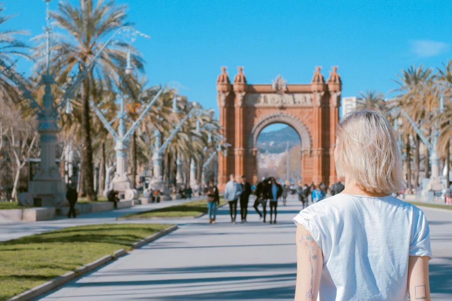 Widok na Barcelone w Hiszpanii i turyści ubezpieczenia-lodz.com