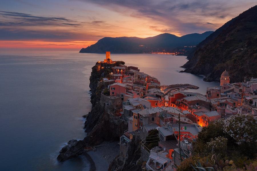 Widok na miasto we Włoszech nad morzem ubezpieczenia-lodz.com
