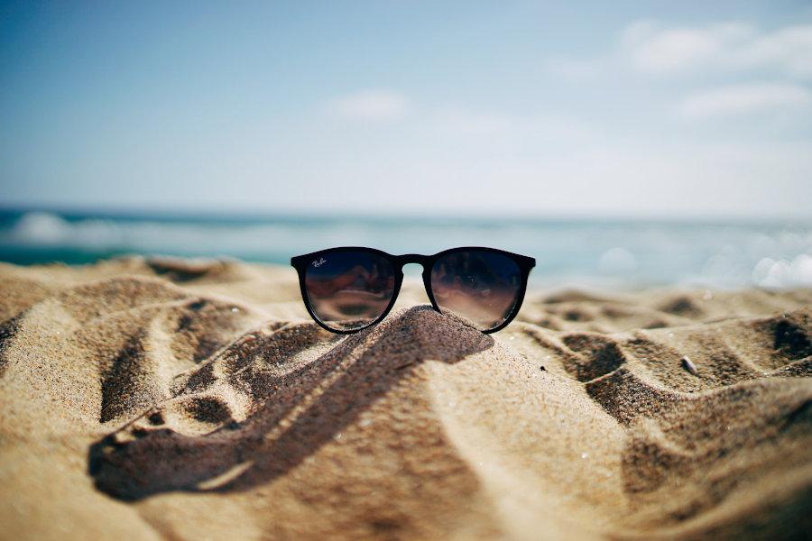 Okulary przeciwsłoneczne na plaży ubezpieczenia-lodz.com