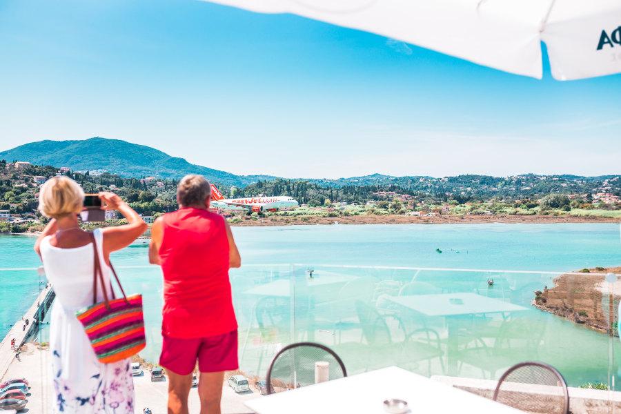 Turyści robiący zdjęcia zatoki na tarasie w restauracji ubezpieczenia-lodz.com