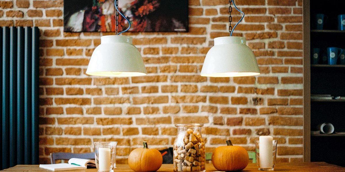 Stół w jadalni z dyniami i książką ubezpieczenia-lodz.com