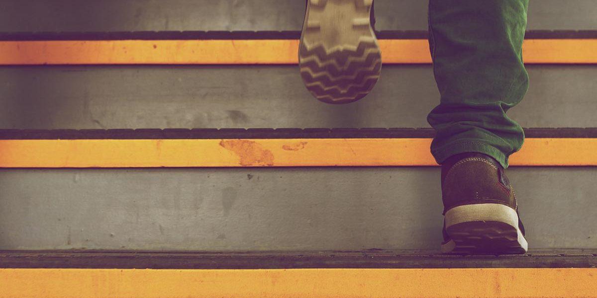 Mężczyzna wchodzący po schodach ubezpieczenia-lodz.com